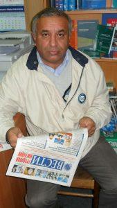 Мигрант из Узбекистана читает газету